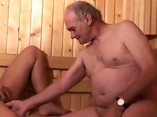 Séance de sauna en trio avec papy pervers et très belle petite minette Gangbang!